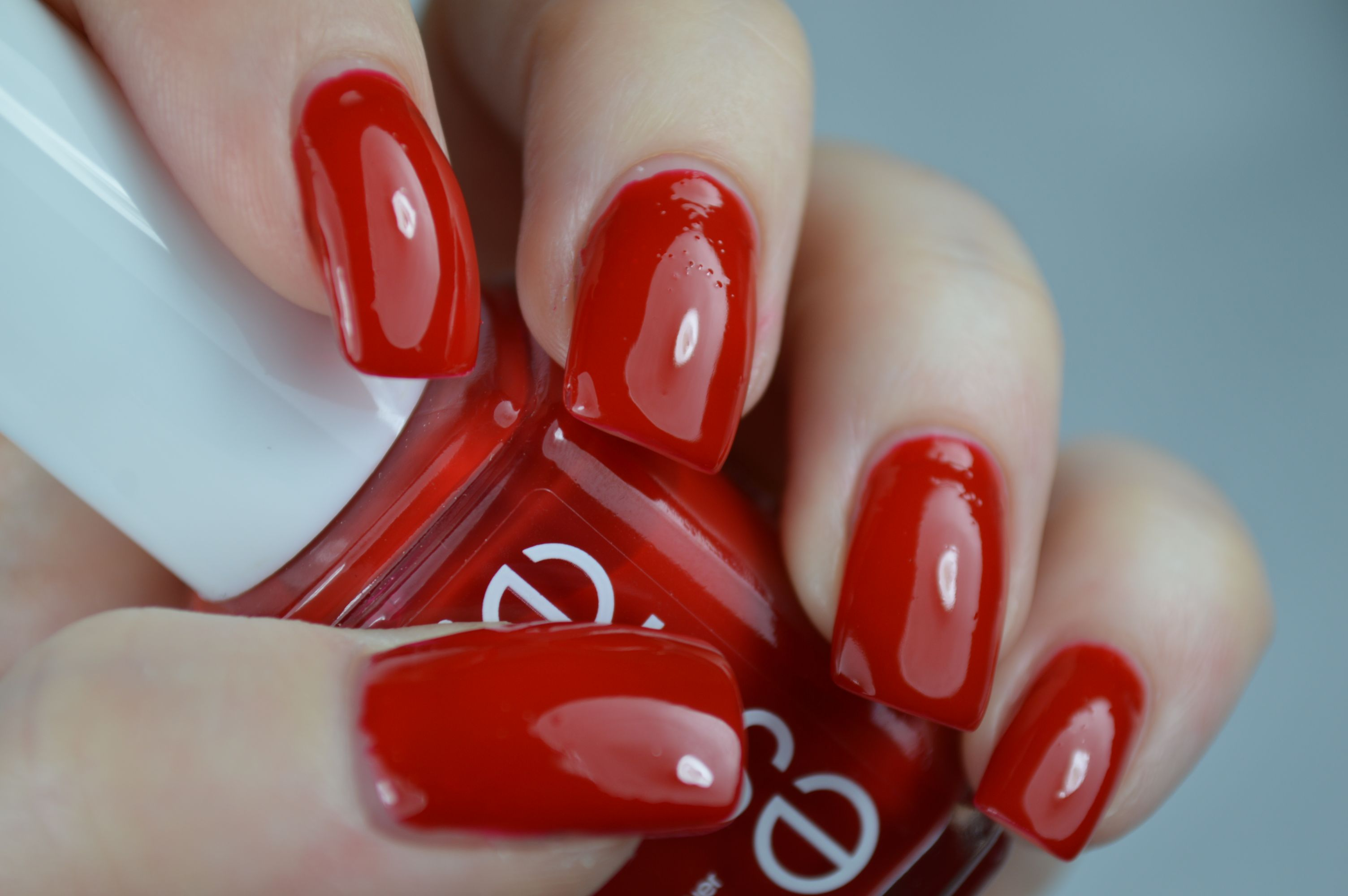 russian-roulette-essie-swatches-nagellack