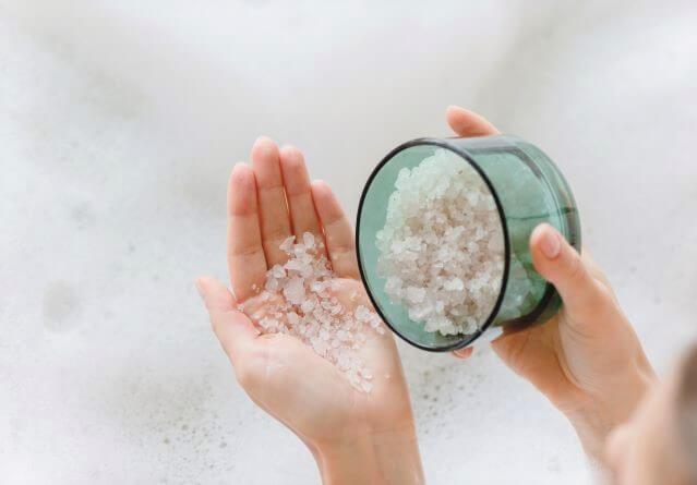 Μπάνιο με αλάτι για κατακράτηση υγρών